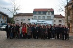 Le groupe devant la mairie de Courcelles Chaussy
